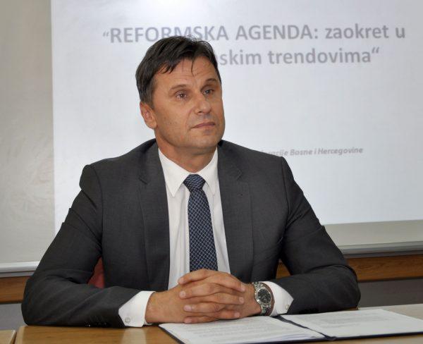 MOSTAR, 10. svibnja (FENA) - Predsjednik Vlade Federacije BiH Fadil Novalić kazao je kako provedba Reformske agende već daje rezultate te da bi, ako se zadrži sadašnji trend povećanja broja zaposlenih, u četiri godina mandata aktualne vlade moglo biti otvoreno 50 000 novih radnih mjesta. Foto FENA/Ivan Rozic