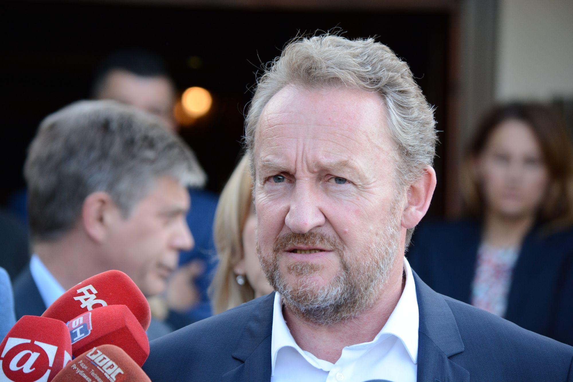 SARAJEVO, 31. jula (FENA) - Šef delegacije EU i specijalni predstavnik EU Lars-Gunnar Wigemark, koji je bio domaćin sastanka delegacija SDA i SNSD-a predvođenih stranačkim liderima Bakirom Izetbegovićem i Miloradom Dodikom,  izjavio je novinarima nakon sastanka da je postignuta saglasnost o brojnim važnim pitanjima uključujući aranžman sa MMF-om, mehanizam koordinacije, strategije u  sektoru transporta te druga važna pitanja. Foto FENA /Almir Razic