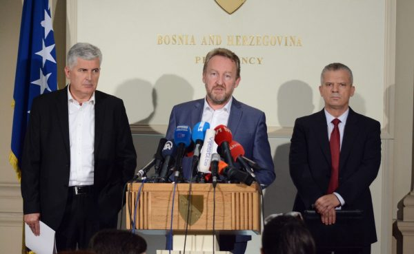 SARAJEVO, 7. septembra (FENA) - Predsjednik SDA Bakir Izetbegović izjavio je danas u Sarajevu, nakon sastanka s koalicionim partnerima (SDA, SBB, HDZ BiH), da bi se trebali češće sastajati jer postoji zajednička želja za prevazilaženje problema. Foto FENA/Almir Razic