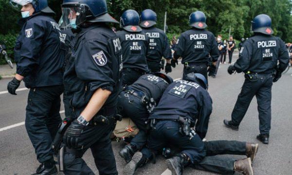Hapšenje demonstranta tokom demonstracija protiv ograničenja Covid-19 u Berlinu (FOTO: Clemens Bilan/EPA)