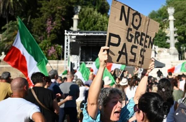 """Članovi pokreta """"No Vax"""" učestvuju u demonstracijama protiv uvođenja obavezne zelene propusnice na trgu Piazza del Popolo u središtu Rima, 7. augusta 2021. (FOTO: Alberto PIZZOLI / AFP)"""